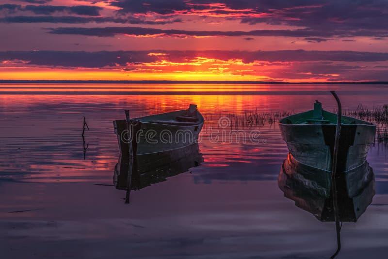 Barcos en una disminución púrpura imágenes de archivo libres de regalías