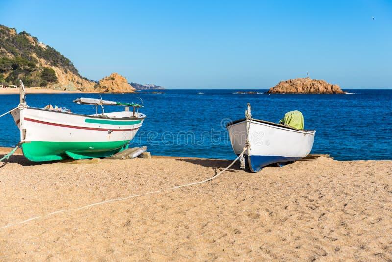 Barcos en una playa, Tossa de Mar, Costa Brava, Cataloni foto de archivo libre de regalías