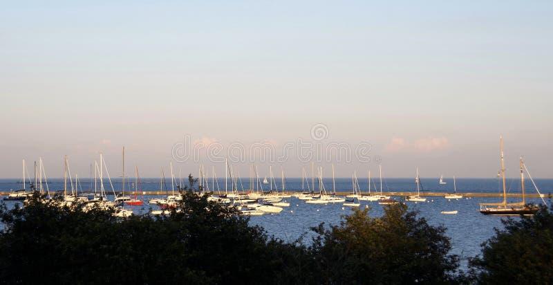 Barcos entrados, ancorados e amarrados em um porto fotos de stock