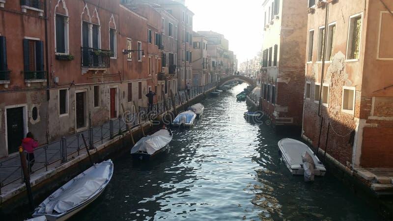 Barcos entrados em um canal de Veneza imagens de stock