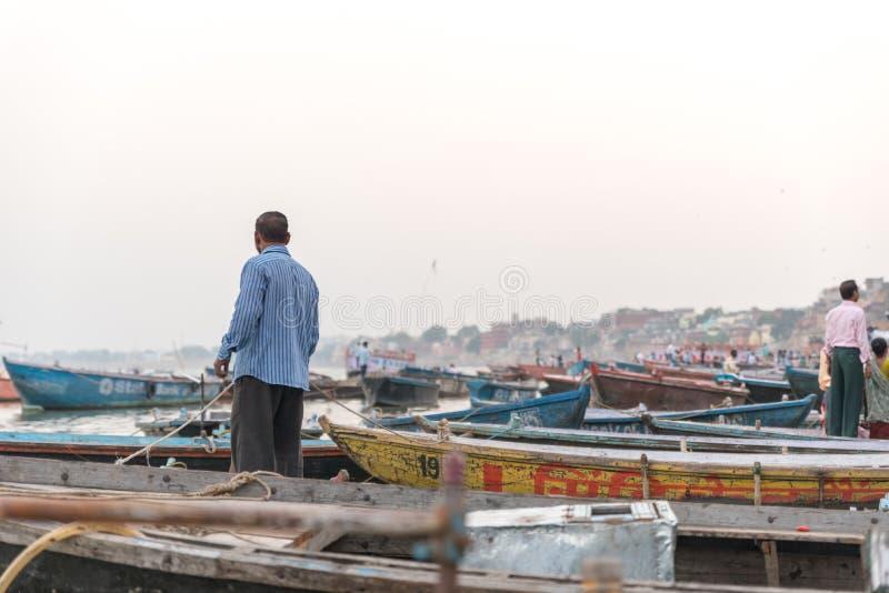 Barcos entrados no Ganges em Varanasi, Índia foto de stock royalty free