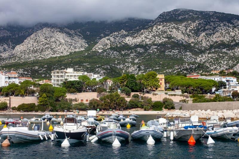 Barcos entrados no yacht club na ilha de Sardinia fotos de stock royalty free