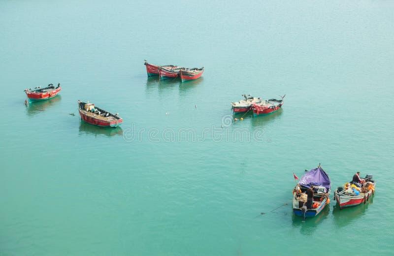 Barcos flotantes coloridos cerca de Skala du Port imagen de archivo libre de regalías