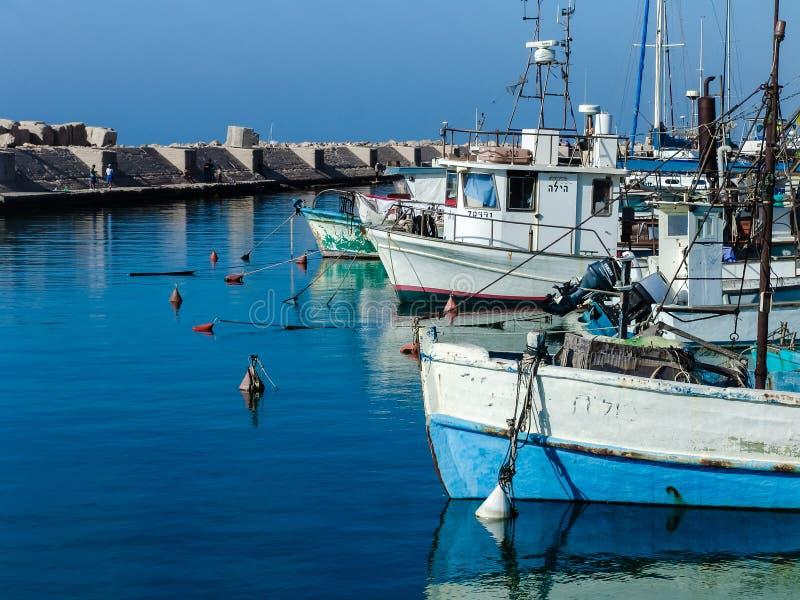 Barcos a flote en el puerto de Jaffa en un día soleado hermoso fotos de archivo
