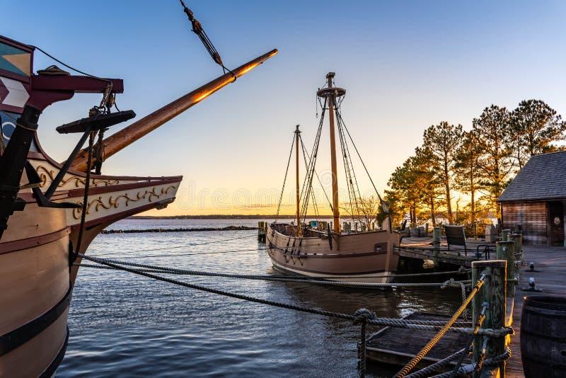 Barcos históricos dos settelers adiantados de Jamestown em James River no por do sol imagem de stock royalty free