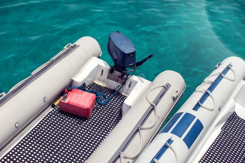 Barcos inflables con el motor en el puerto deportivo Transporte del agua fotos de archivo libres de regalías