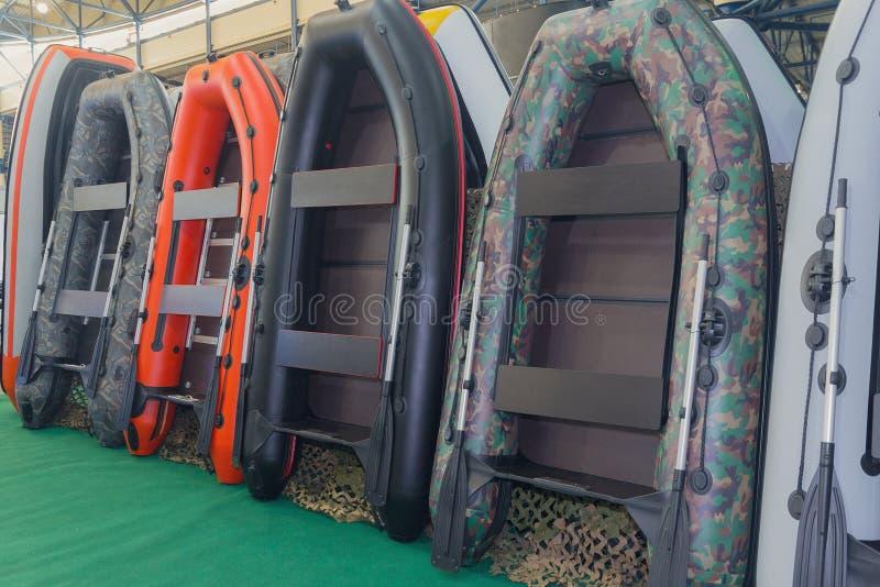Barcos inflables en la tienda imagenes de archivo