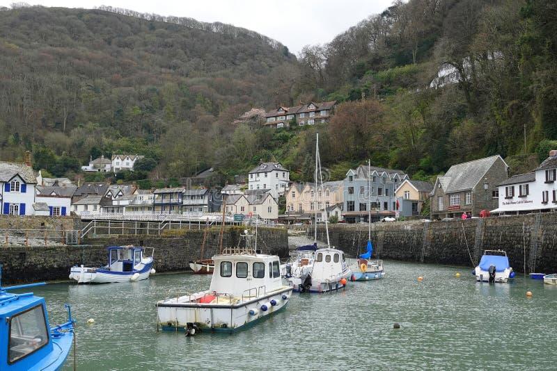 Barcos ingleses pequenos do porto e de pesca imagens de stock