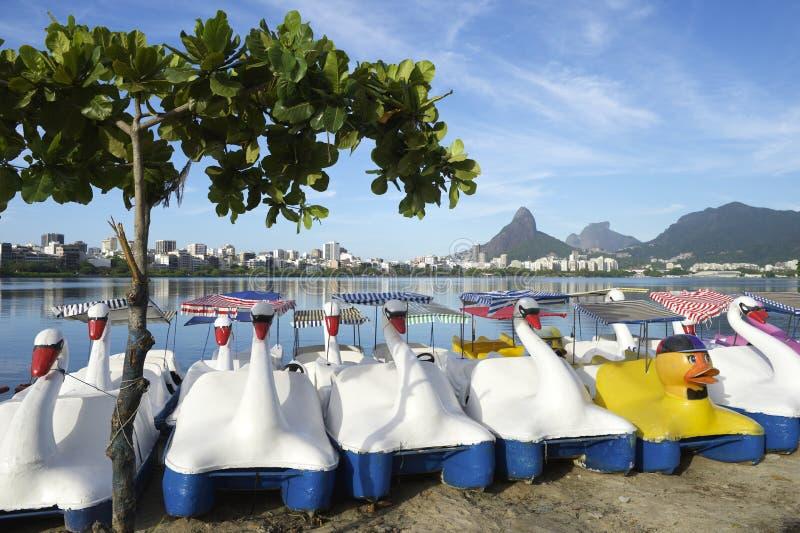 Barcos Lagoa Rio de Janeiro Brazil Scenic Skyline del cisne foto de archivo libre de regalías
