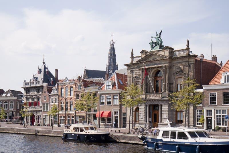 Barcos a lo largo del río de Spaarne, Haarlem, Holanda fotografía de archivo