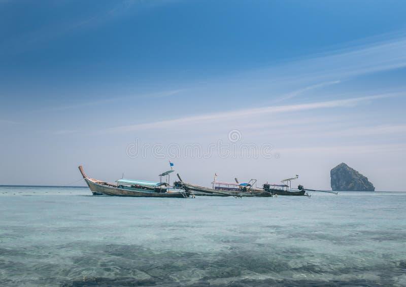 Barcos longos que navegam no mar imagem de stock