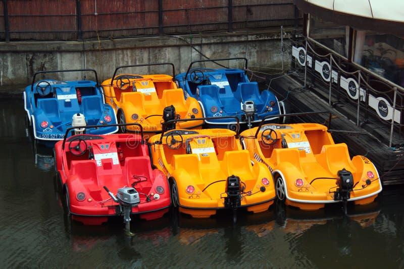 Barcos a motor coloridos do táxi da água no rio de Motlawa em Gdansk central, Polônia fotos de stock royalty free