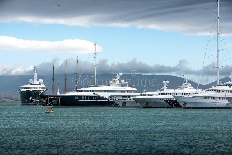 Barcos a motor e iate luxuosos na doca Marina Zeas, Piraeus, GR imagens de stock