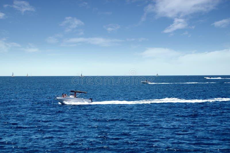 Barcos a motor no mar foto de stock