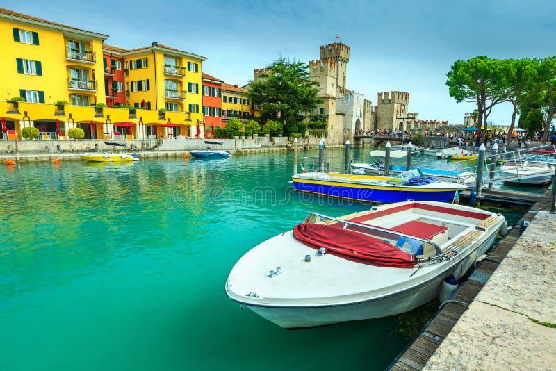 Barcos a motor no porto de Sirmione, Lombardy, Itália, Europa imagens de stock