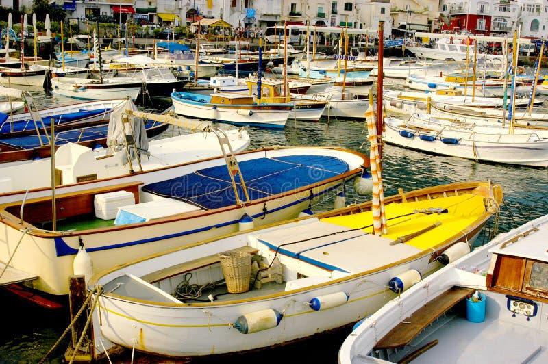 barcos Multi-coloridos no porto de Capri de Itália para o porto seguro foto de stock