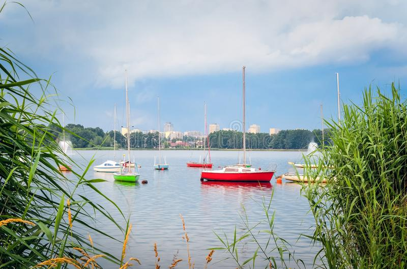 Barcos na água imagens de stock royalty free