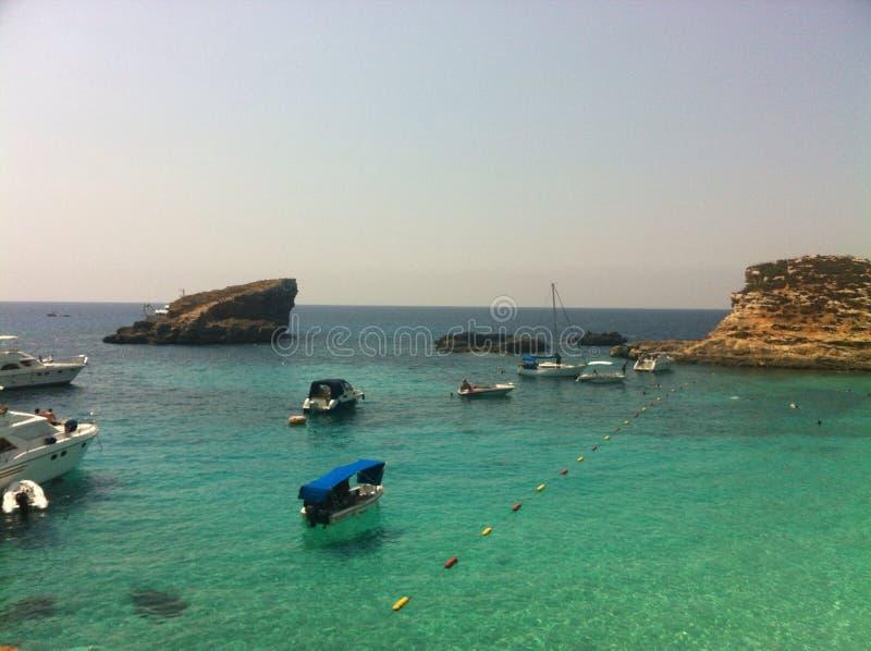 Barcos na água azul imagens de stock royalty free