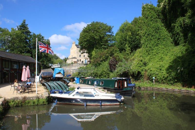 Barcos na bacia de bronze da aldrava, Somerset Coal Canal imagem de stock
