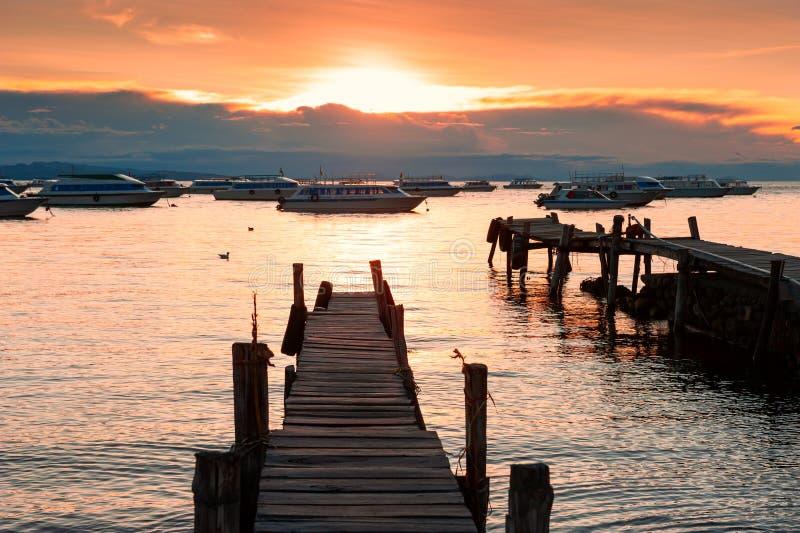 Barcos na costa do lago Titicaca no por do sol em Copacabana, Bolívia imagem de stock