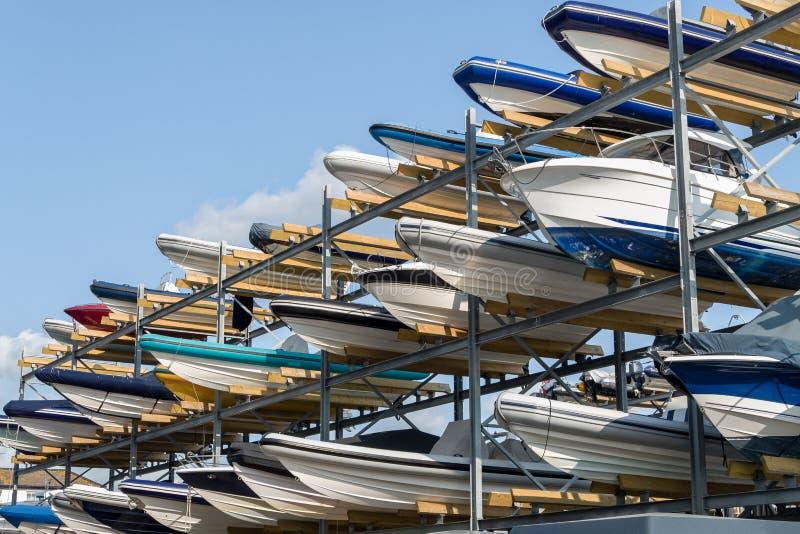 Barcos na cremalheira do armazenamento imagens de stock royalty free