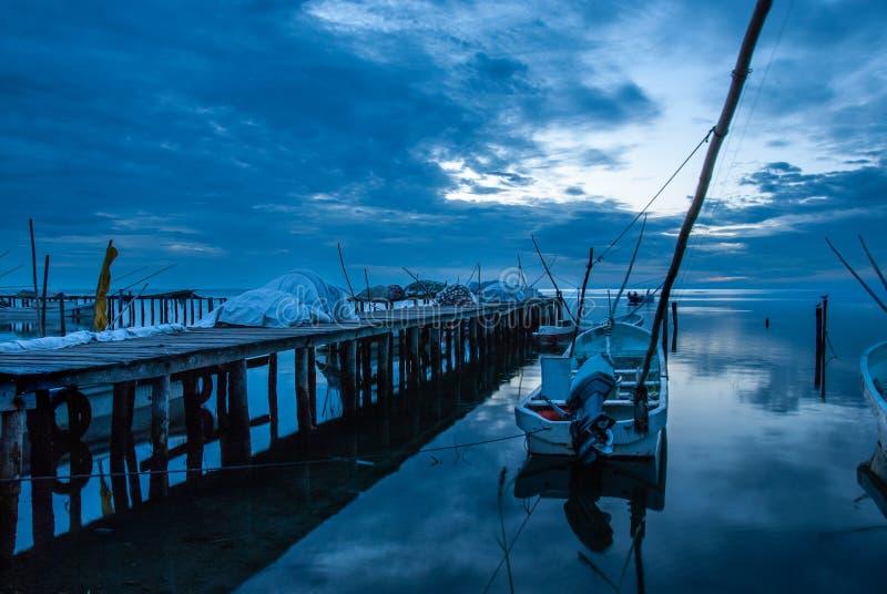 Barcos na doca e o por do sol azul em Campeche México fotografia de stock