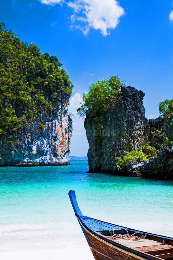 Barcos na praia bonita fotografia de stock