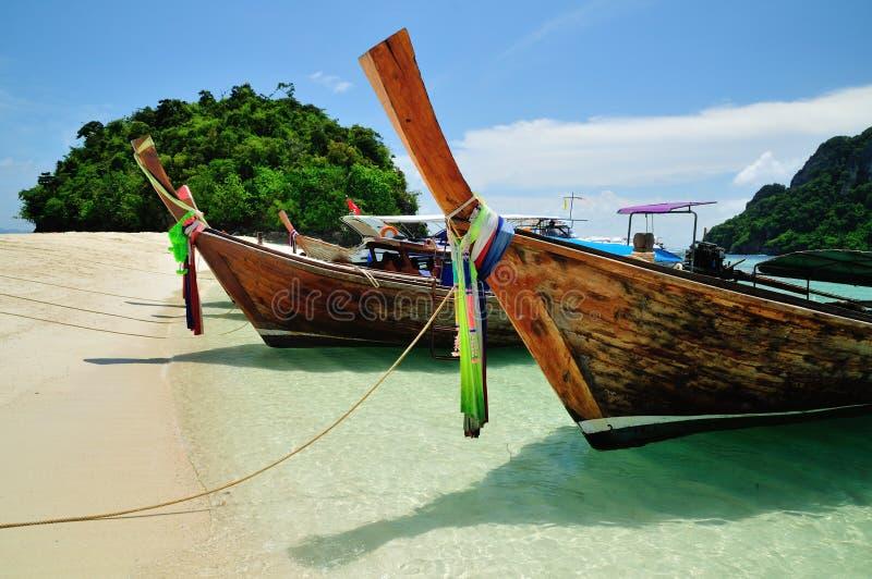 Barcos na praia bonita na ilha de Phi Phi fotos de stock royalty free