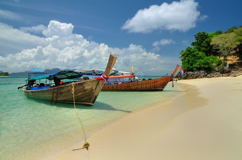 Barcos na praia bonita na ilha de Phi Phi imagem de stock royalty free