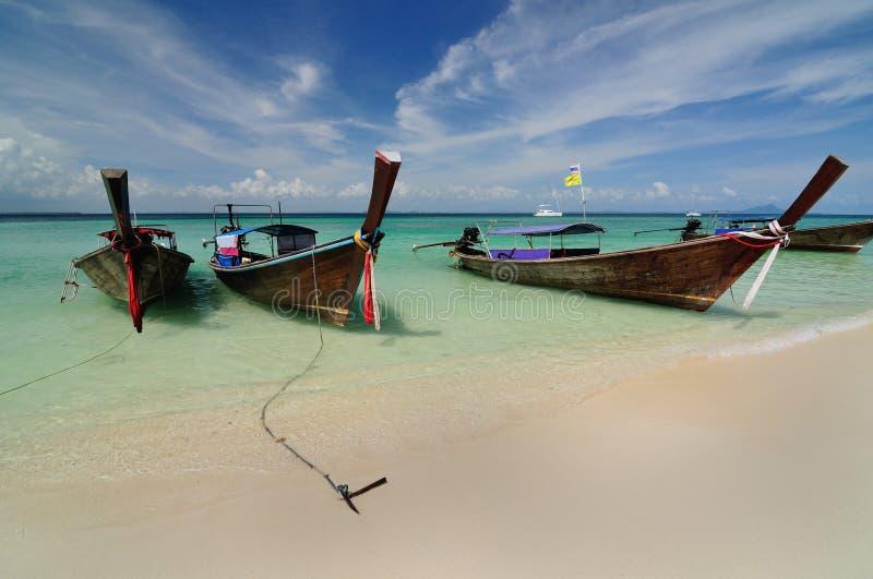 Barcos na praia bonita na ilha de Phi Phi imagens de stock royalty free