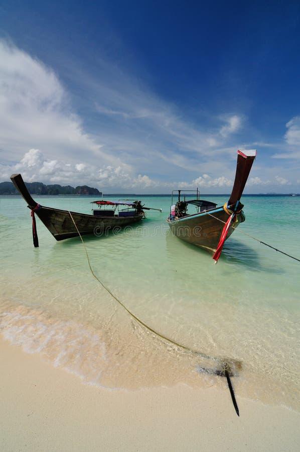Barcos na praia bonita na ilha de Phi Phi fotos de stock