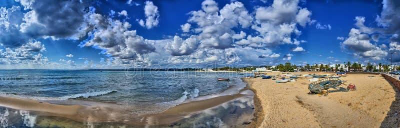 Barcos na praia ensolarada Hammamet, Tunísia, mar Mediterrâneo, África, panorama de HDR fotografia de stock royalty free