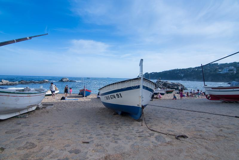 Barcos na praia mediterrânea imagens de stock