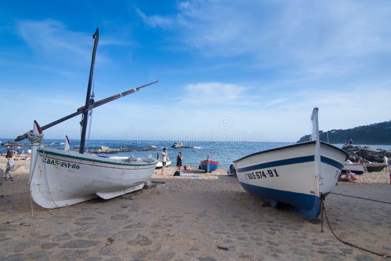 Barcos na praia mediterrânea fotografia de stock royalty free
