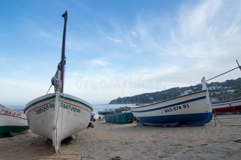 Barcos na praia mediterrânea fotografia de stock