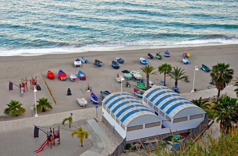 Barcos na praia mediterrânea imagens de stock royalty free