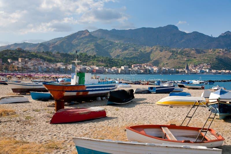 Barcos na praia no dia de verão, Sicília fotografia de stock royalty free