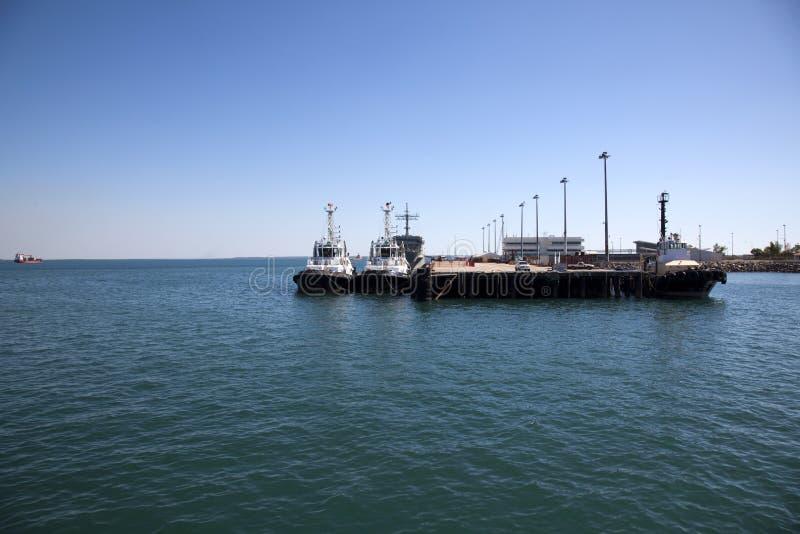 Barcos, naves y tirones en el puerto de Darwin, Australia fotos de archivo