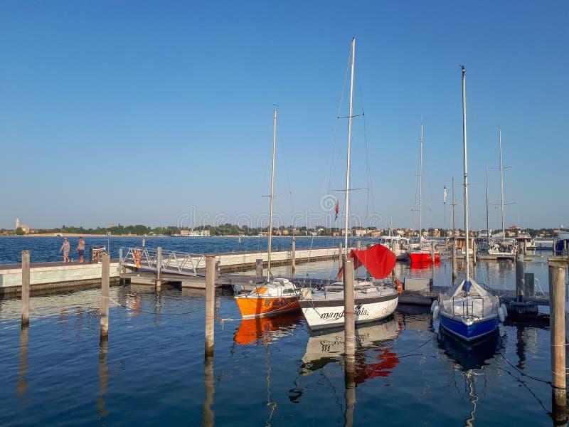 Barcos no cais em Veneza fotografia de stock royalty free