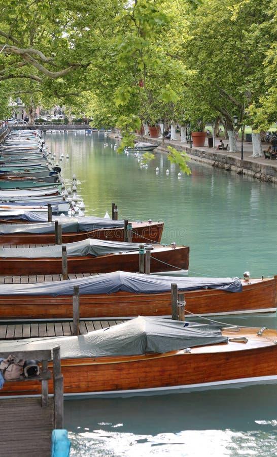 barcos no canal navegável na cidade França de Annecy fotos de stock