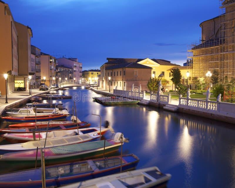 Barcos no canal Perotolo, Chioggia, Veneza, Itália imagens de stock
