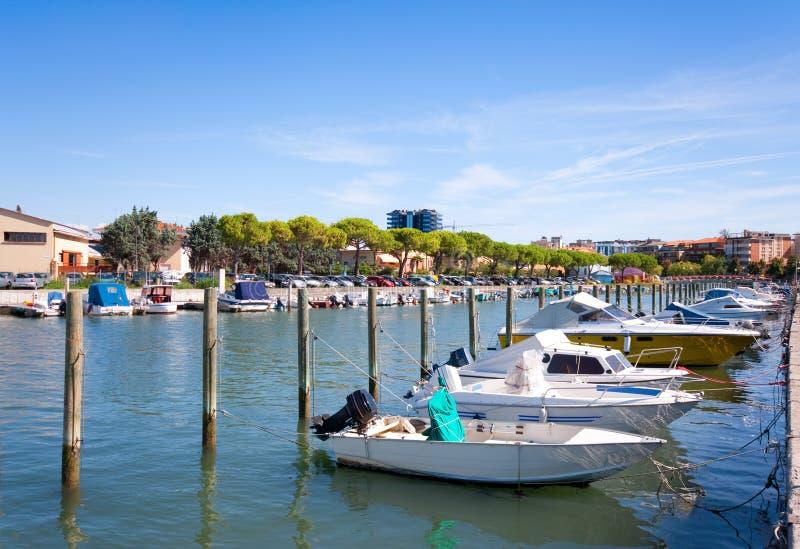 Barcos no centro de cidade de Grado, Italy imagens de stock