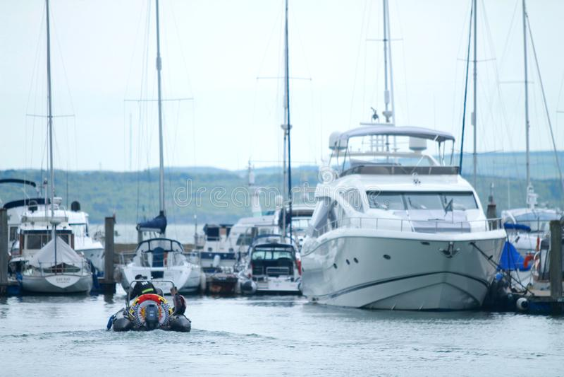 Barcos no dia ensolarado no porto de Lymington imagem de stock