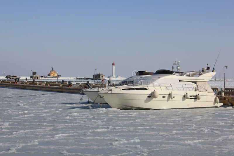Barcos no estacionamento do inverno imagens de stock