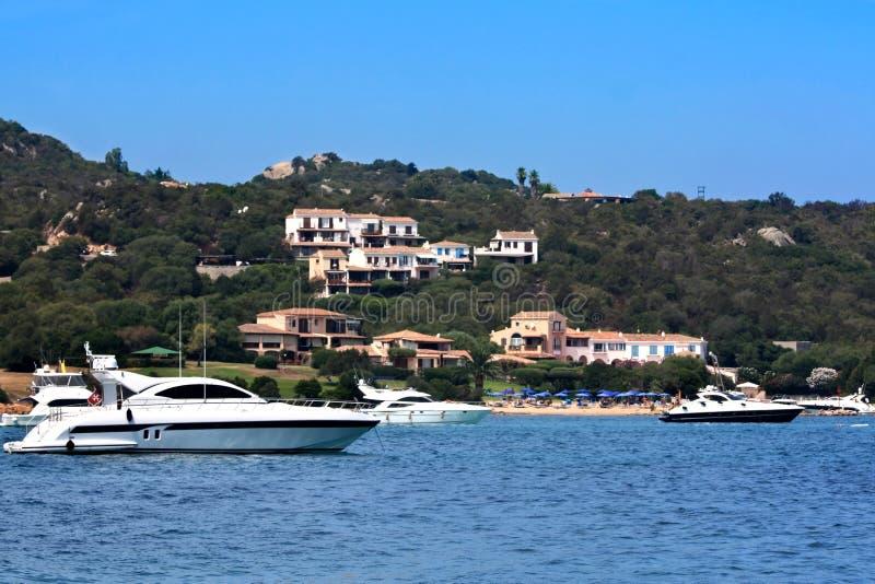 Barcos no golfo de Marinella - Sardinia fotografia de stock