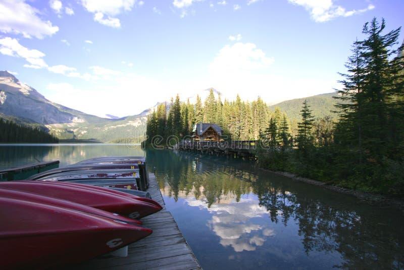 Barcos no lago mountain imagem de stock royalty free