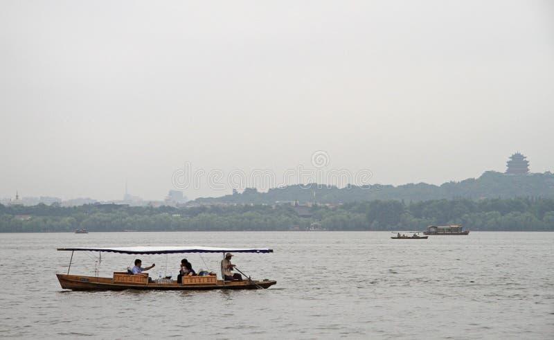 Barcos no lago ocidental em Hangzhou foto de stock royalty free
