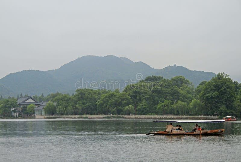 Barcos no lago ocidental em Hangzhou imagens de stock