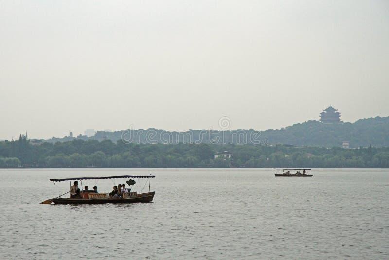 Barcos no lago ocidental em Hangzhou foto de stock