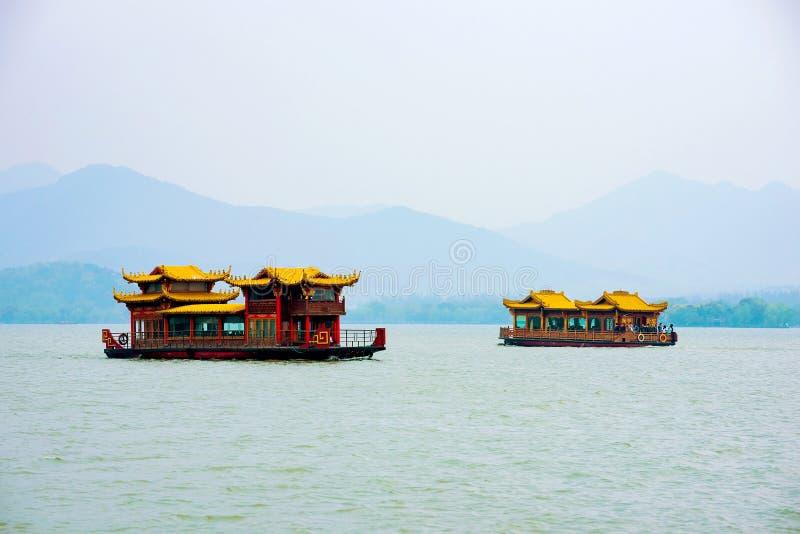 Barcos no lago ocidental Hangzhou imagem de stock